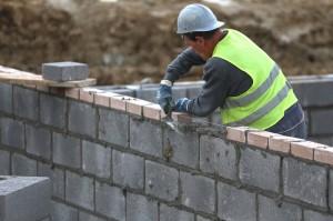 Pracownicy budowlani zza granicy – komu się to opłaca?