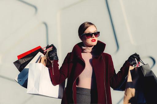 Kobieta niosąca zakupy w torbach reklamowych
