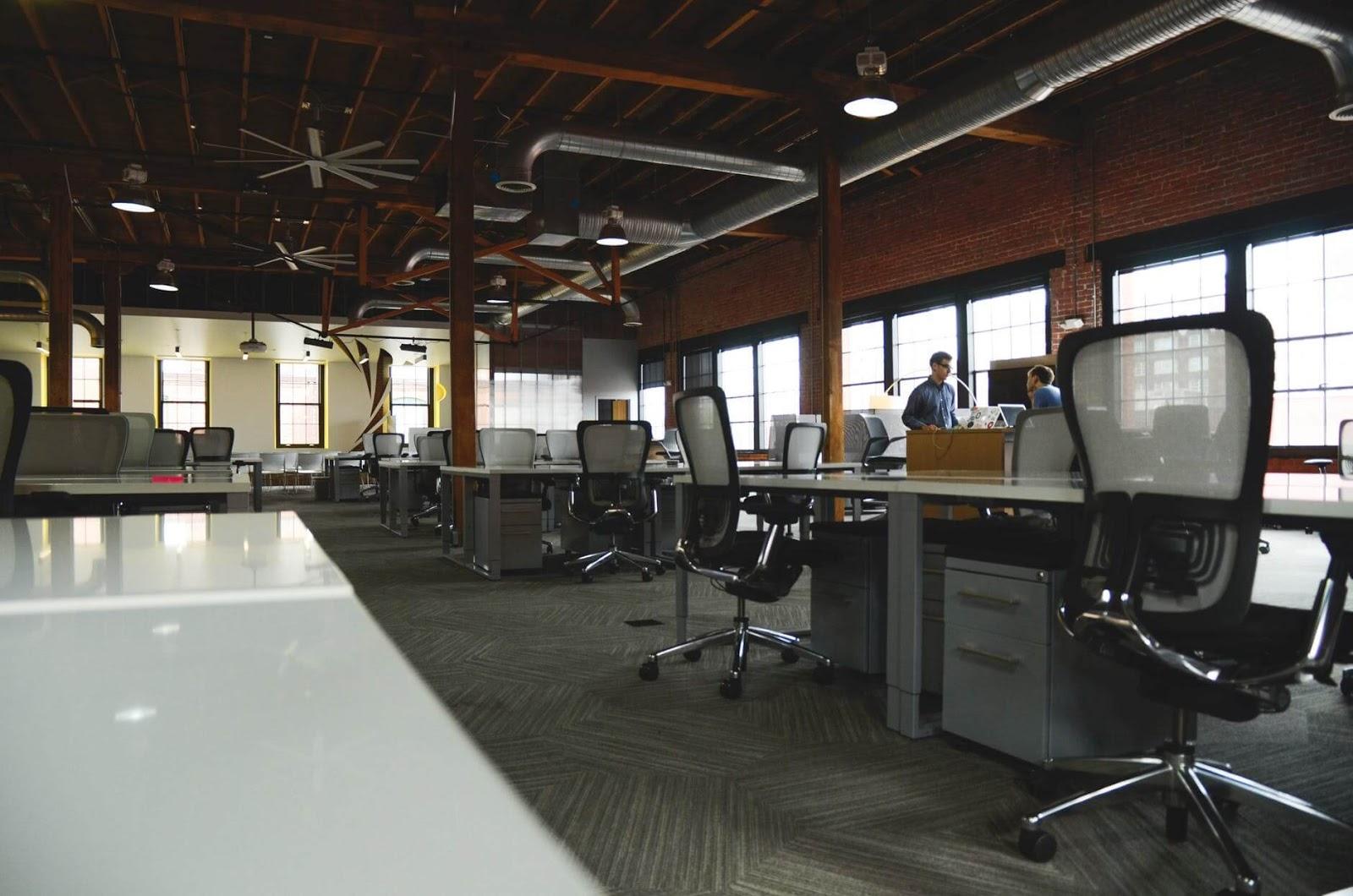 biuro typu open space wykorzystywane do coworkingu