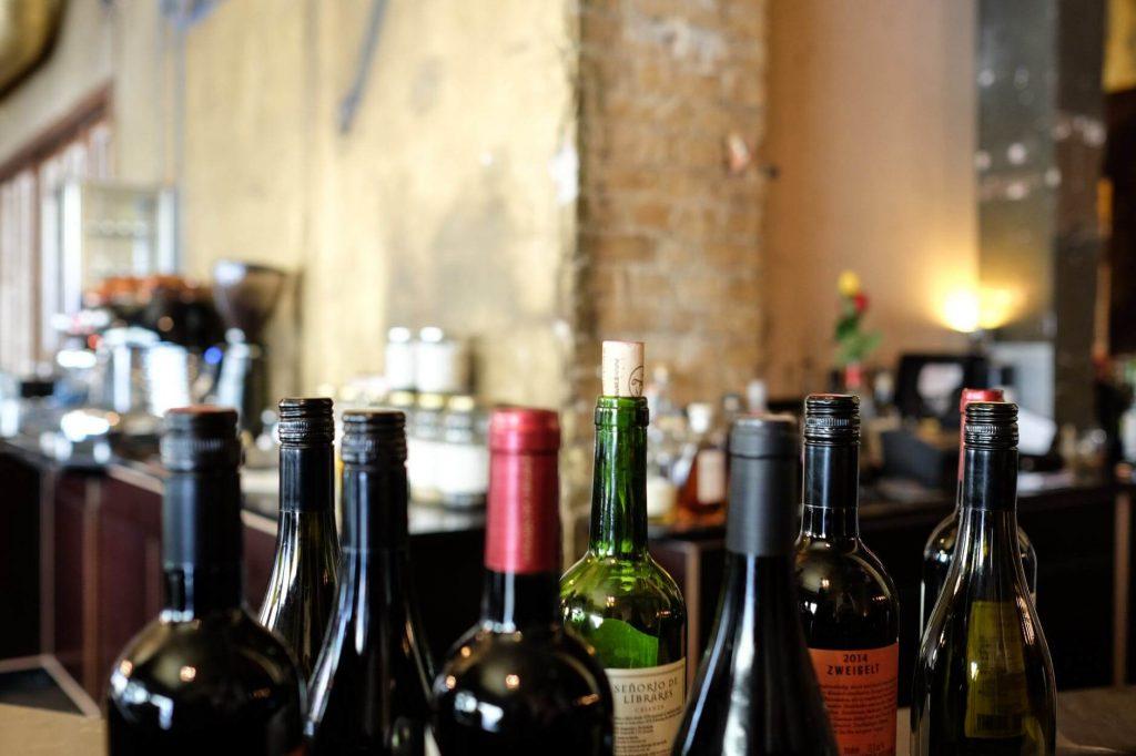 Butelki z winem przygotowanym do degustacji