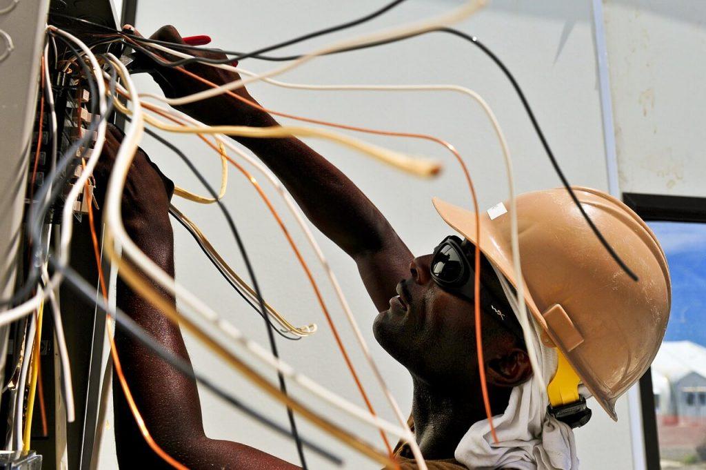 Bez odpowiednich narzędzi wykonywanie pracy elektryka jest niebezpieczne