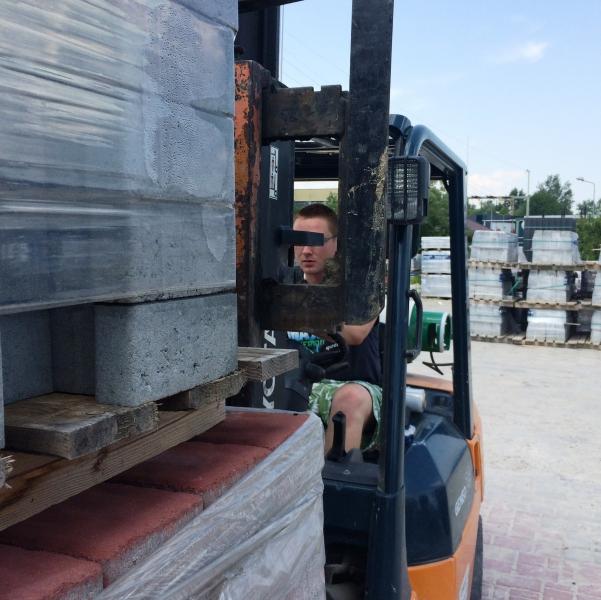 szkolenia na wózki widłowe obejmują transport realnych ładunków