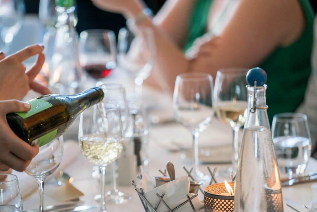 białe wino podane w odpowiedniej temperaturze