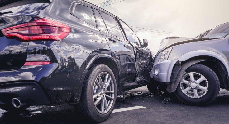 Uszkodzone samochody po wypadku