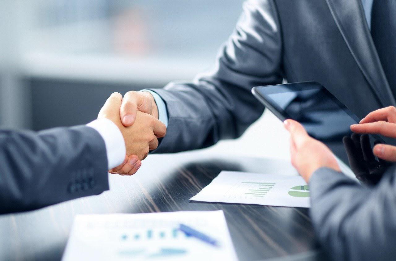 współpraca, podpisanie umowy z partnerem biznesowym